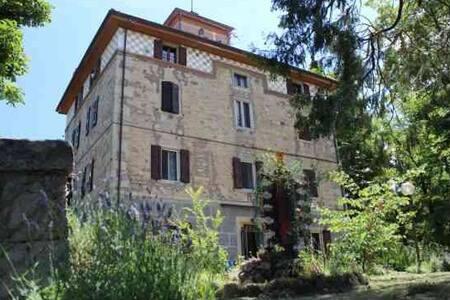 B&B con vista Castello della Rocchetta Mattei