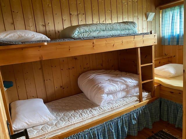 1 soverom med køyeseng og 120cm seng
