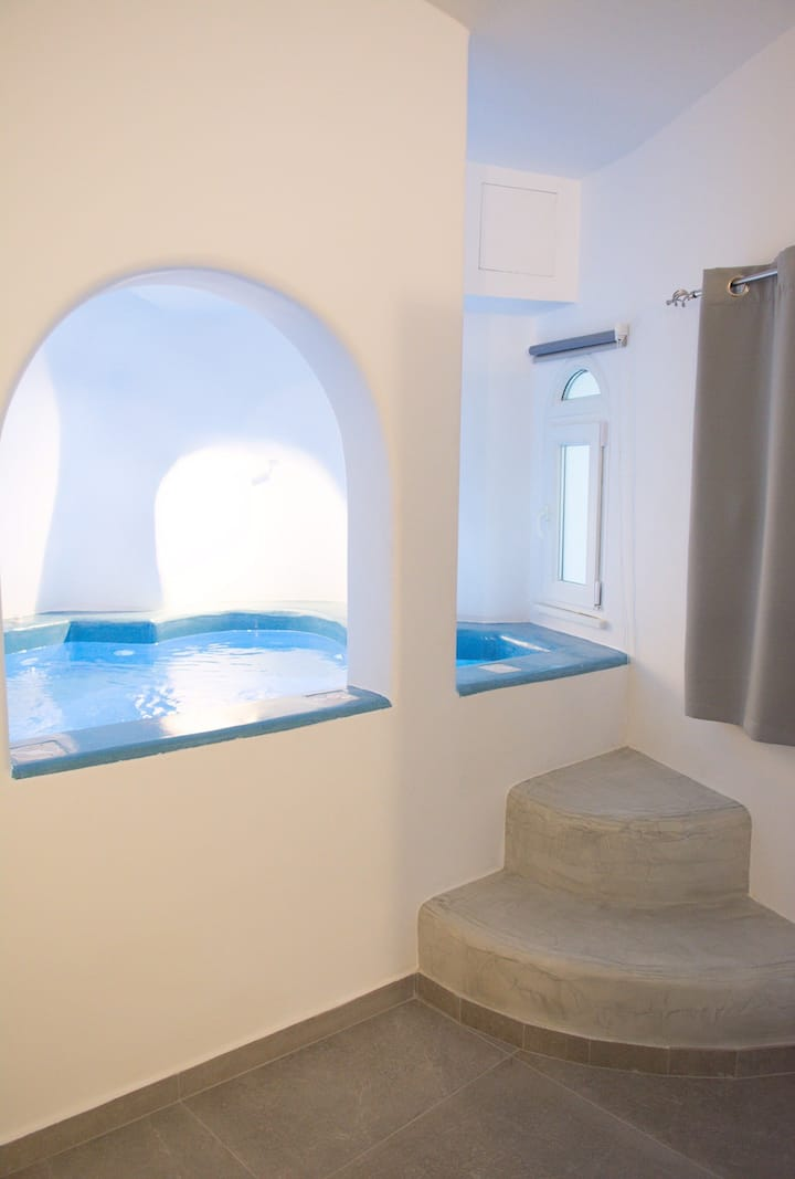 Cally Cave Jacuzzi Suite A, shared pool, near Fira