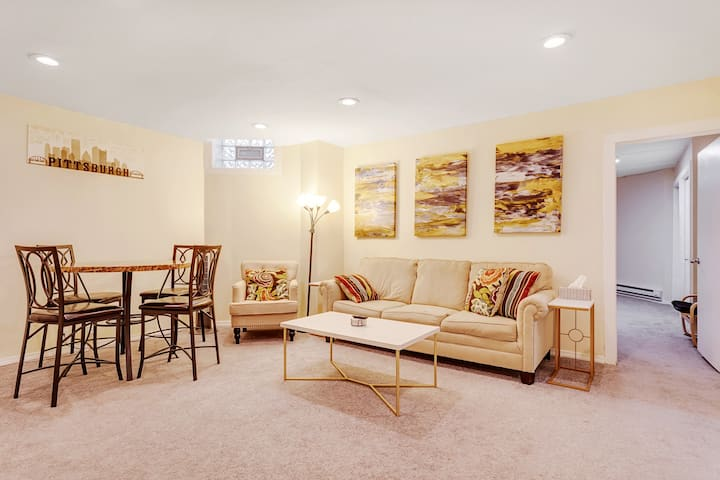 Convenient King Bed Suite 🔥Walk Anywhere 🌟Pitt/CMU 🐶Pets