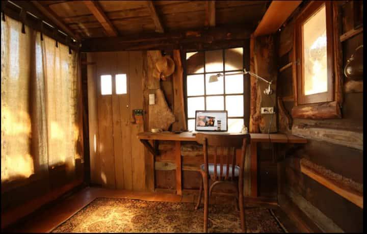 """Cabane en bois & vitraux  """"Les Deux Muses"""""""