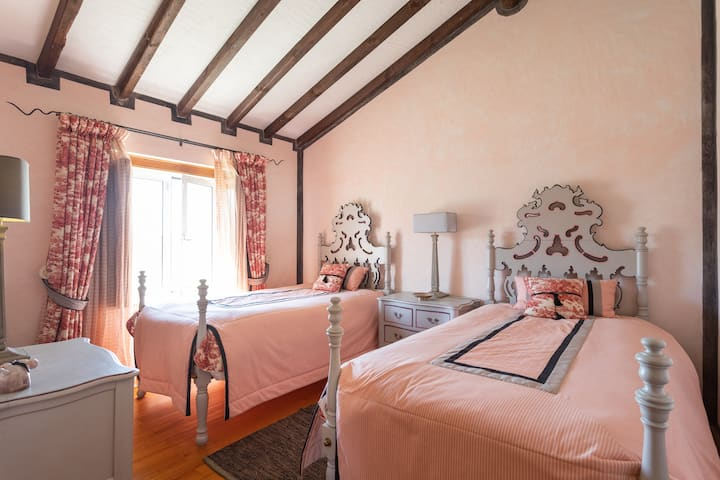 Conchita Room: Private En-suite in a Farmhouse