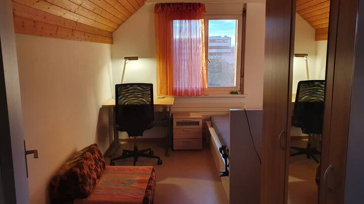 Studio mit eigenem Bad im Dachgeschoss + Parkplatz