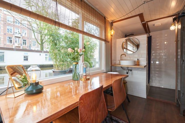 Cozy Houseboat Homeward Amsterdam center.