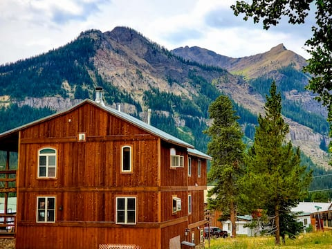 Luxury Yellowstone Chalet (extended-stay friendly)