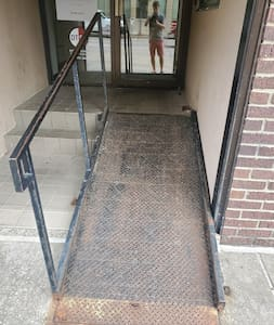 Lépcsőmentes út vezet a bejárathoz