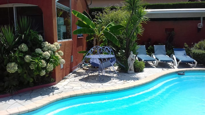 studio calme, jardin terrasse piscine LES TROYENS