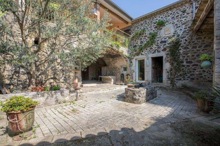 Chambre climatisée, maison en pierre et piscine 2p