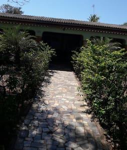 caminho de acesso à entrada
