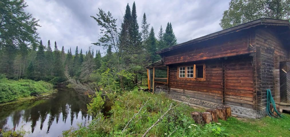 Crooked Cabin on Irondale River with private views