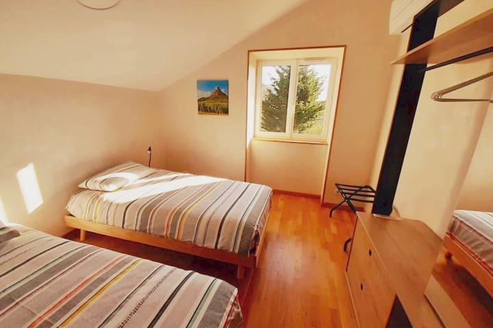 Bienvenue dans la 2ème chambre ! Elle comprend 2 lits simples ainsi qu'une armoire à glace. La clim' vous assurera de passer de belles nuits en été :)