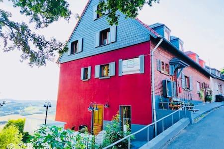 Terrasse und Eingang in die Wohnung