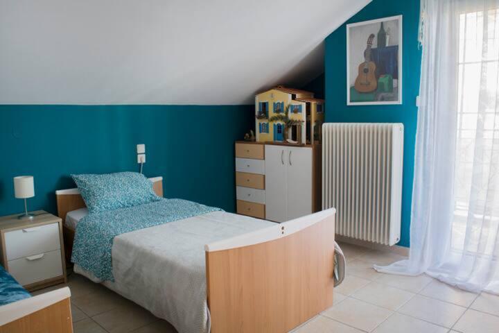 Υπνοδωμάτιο No. 3  με δύο μονά κρεββάτια - Βedroom Nr. 3 with twο single beds