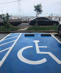 지상 주차장에 곳곳에 장애인 전용 주차 공간이 있습니다.