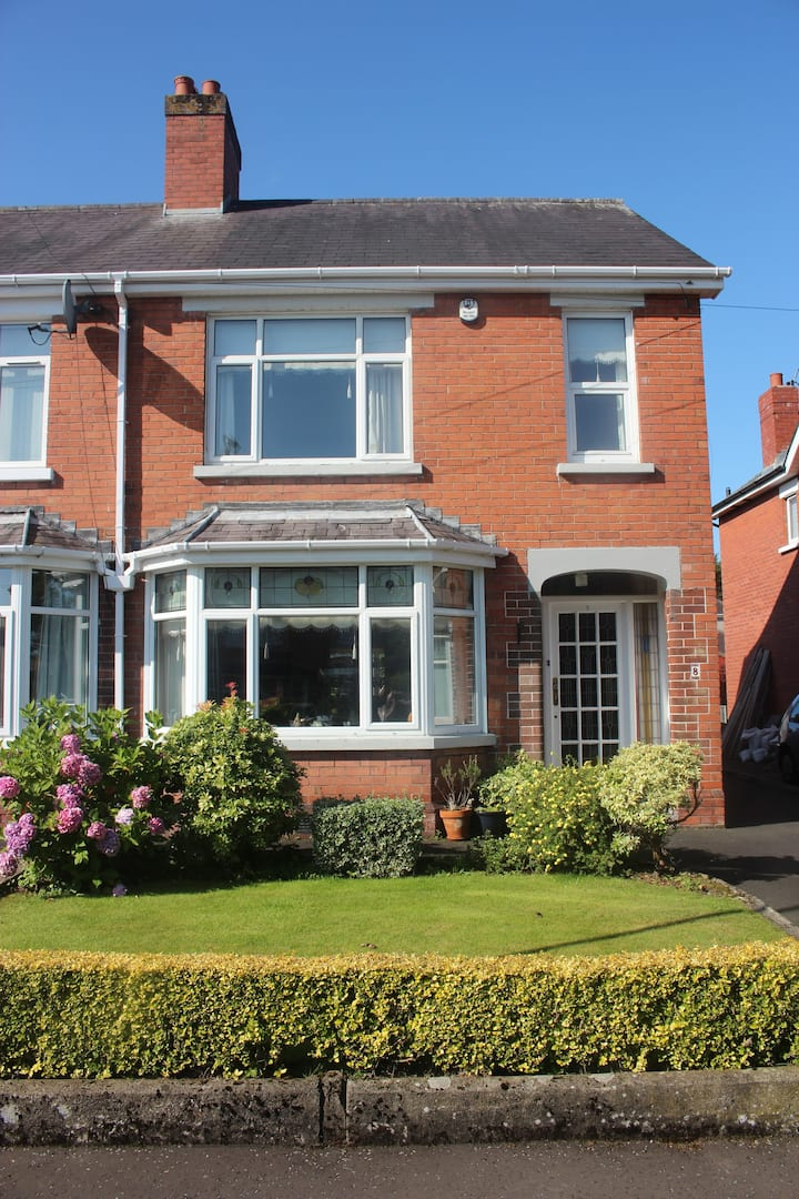 Quiet & luxurious 3 bed house with parking