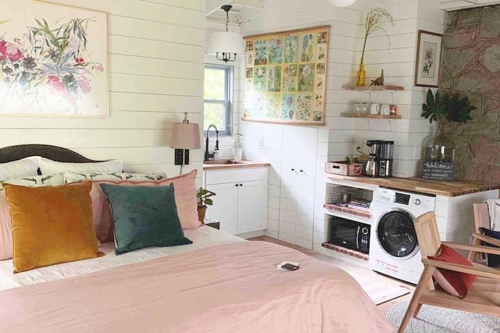 TULIP MAGNOLIA COTTAGE-walkable to 5 pts and UGA!