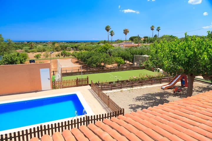 Villa con piscina, campo de futbol,  petanca