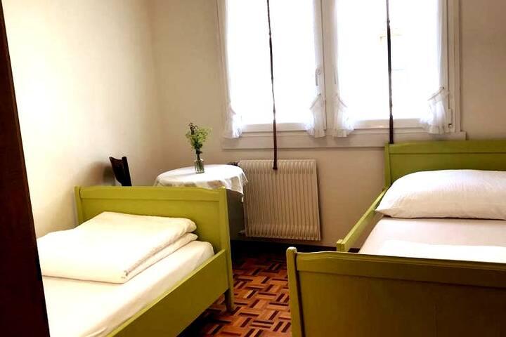 3. Schlafzimmer 2 Einzelbetter, die auch zusammengestellt werden können / bedroom number 3 with two single beds which can also put together
