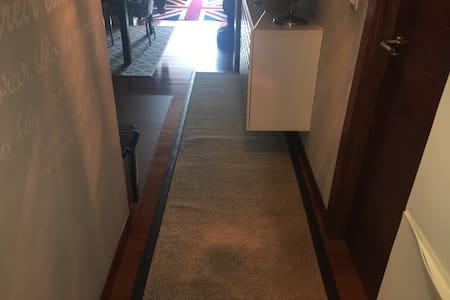 Pequeño pasillo en la entrada principal muy amplio. Después no hay más pasillos en la casa