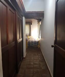 Así son los pasillos , no hay obstáculos para silla de ruedas en la parte inferior , solo para bajar a la sala pero en muy pequeño escalón , para salir al jardín pequeños escalones fácil de movilidad