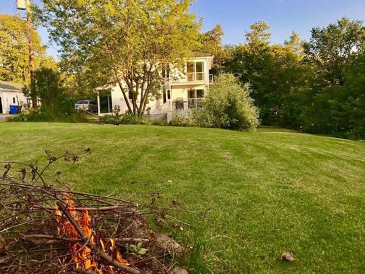 Québec : Maison de style chalet, vue, terrain