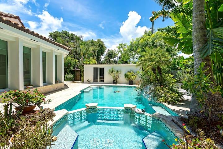Chic POOL Villa + Tropical Oasis, 5 min to Beach!