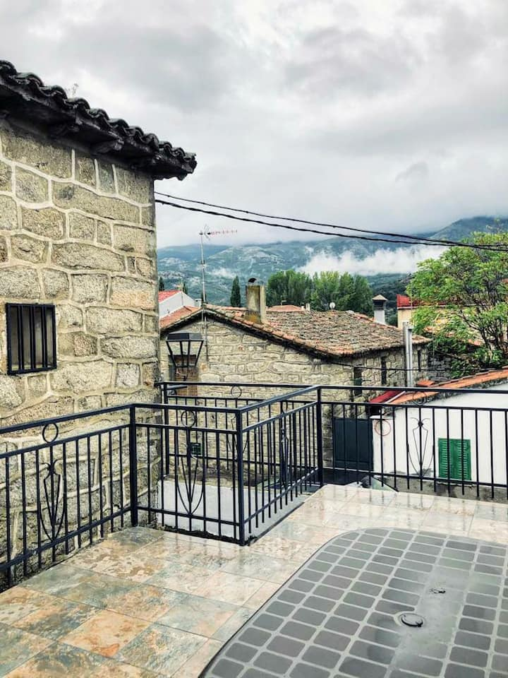Casa de piedra con terraza y patio, de dos plantas
