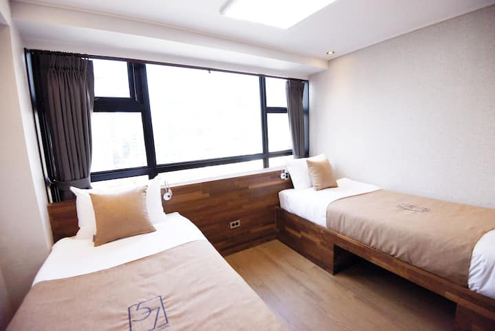 57 Myeongdong Hostel(Deluxe Twin- No view)/주차불가