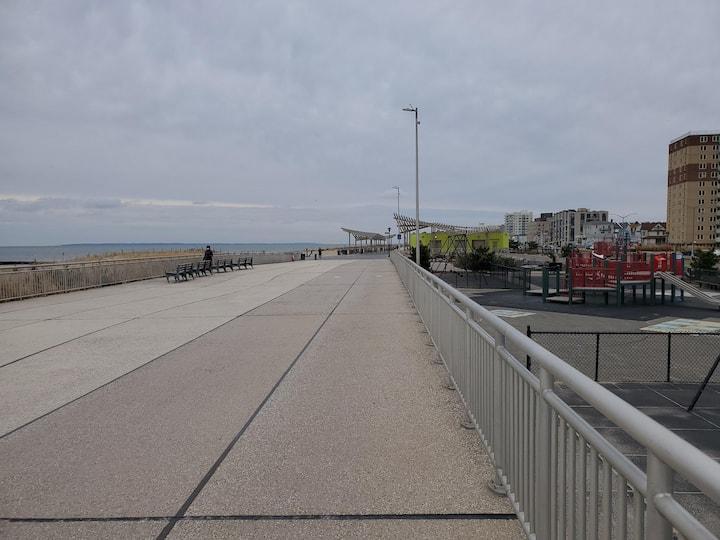 Boardwalk bike ride. 2 bedroom apt near the beach