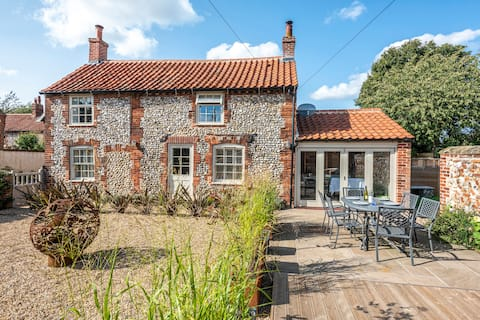 Relax at a pretty renovated cottage with hot tub