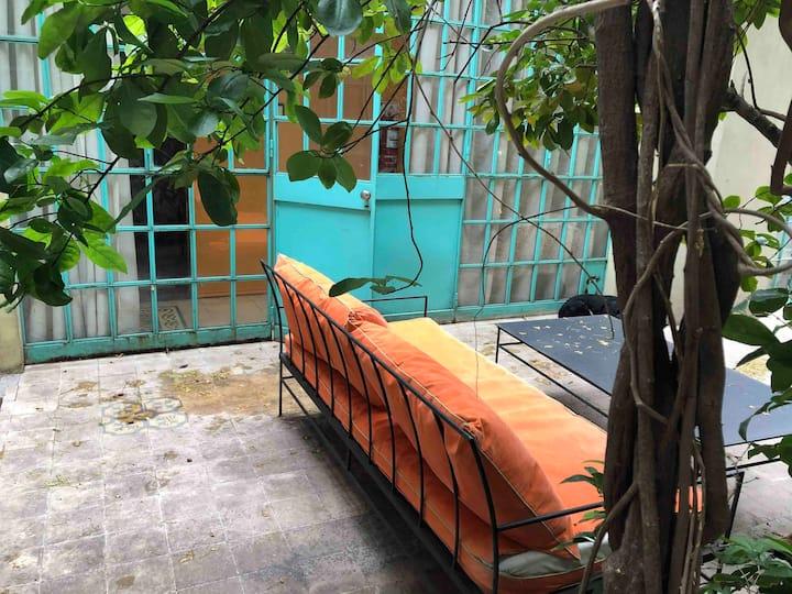 """2 amb indep en hermosa """"casa chorizo"""" con jardín"""