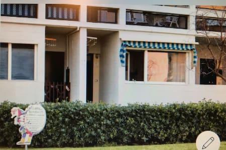 Dal parcheggio auto privato c'è un camminamento pedonale senza dislivelli che gira intorno al palazzo Nella foto tra la siepe e i 5 gradini di fronte alla porta di casa - ingresso esclusivo