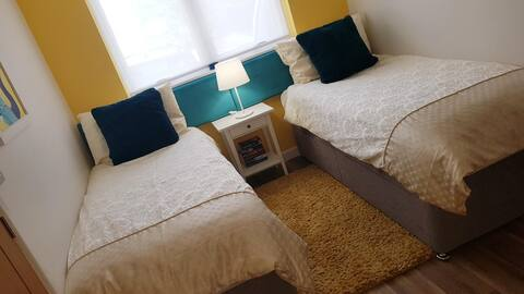 Bright ensuite twin room near Bude town & beaches.