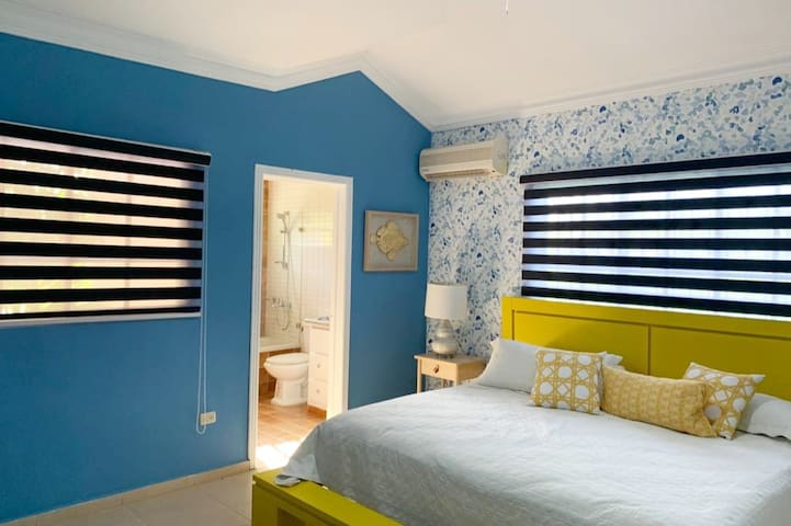 Beautifully  decorated rooms with private  Bathroom and Air Conditioning + top quality Linens