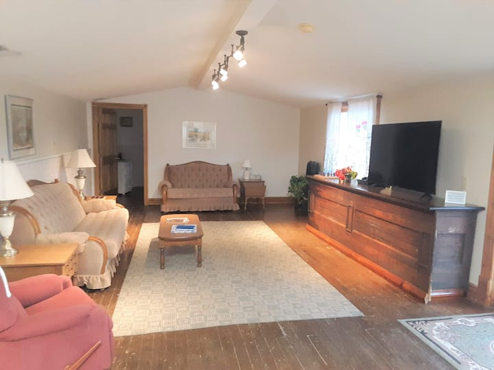 Historic Hardware Inn with River Views: Ely Suite