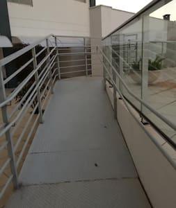 Na stazi koja vodi do ulaznih vrata nema stepenica