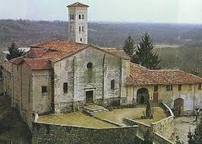 Borgo da favola a Masserano tra monti e lago