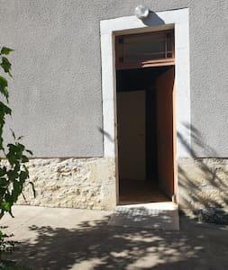Maison accessibles aux personnes à mobilité réduite : rampe d'accès fauteuil roulant tour de maison éclairé avec chappe bétonnée large, pas de marches, et salle de bain et WC adaptés