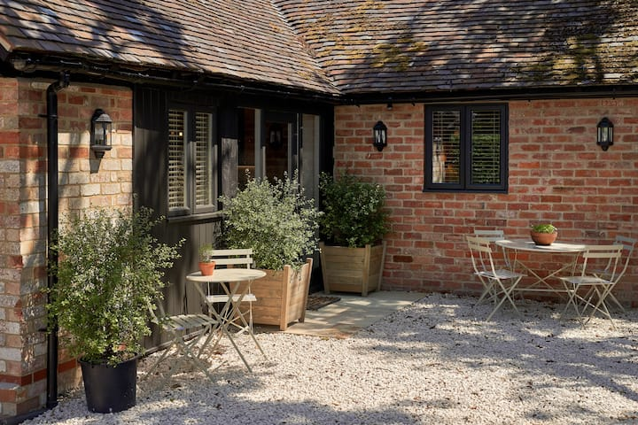 Self Catering cottage - Private garden location
