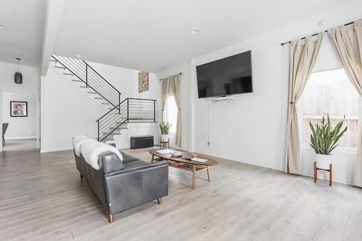 Sophisticated Minimalist In Hip Fountain Square!