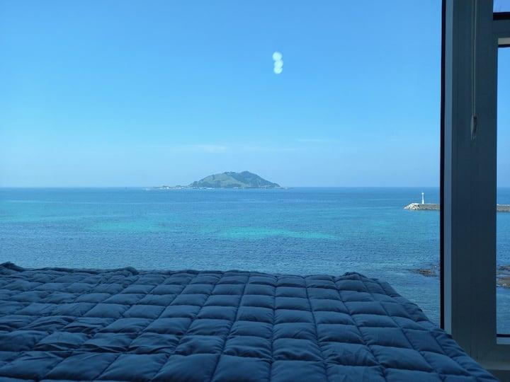 밀려오는파도소리에:누워서 바다와 비양도의 환상적 노을을 마주 하는 곳.