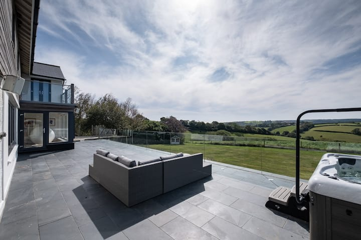 Stunning Contemporary Looe home with a view