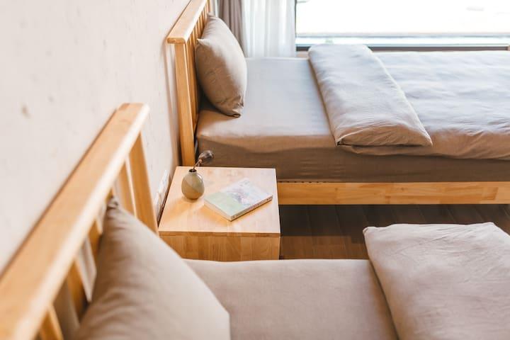 一楼标间配有2张1.2米单人床,方便老人小孩,免去了上下楼梯的辛苦。