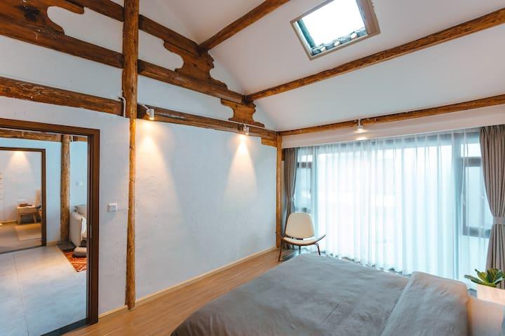 二楼星空大床房配有一张1.8米大床