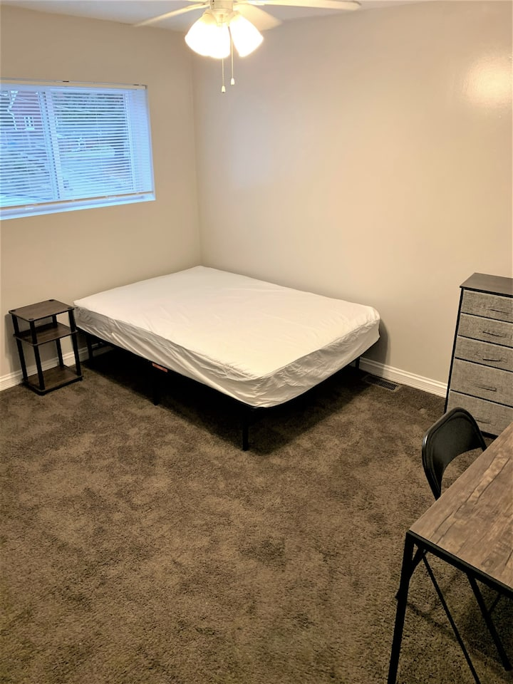 Large room! Comfy, affordable, short term stay!