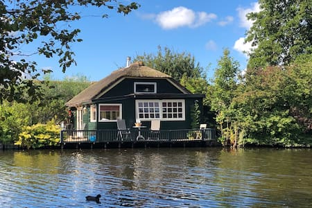 Dijkcottage at the edge of the water