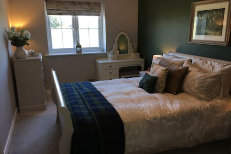 Edge of Cotswolds • Peaceful Double Room • Parking