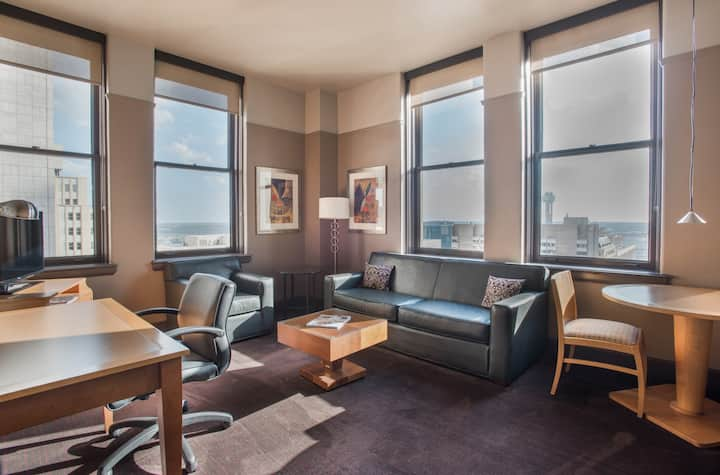 Queen Suite with great views of Downtown Dallas 26
