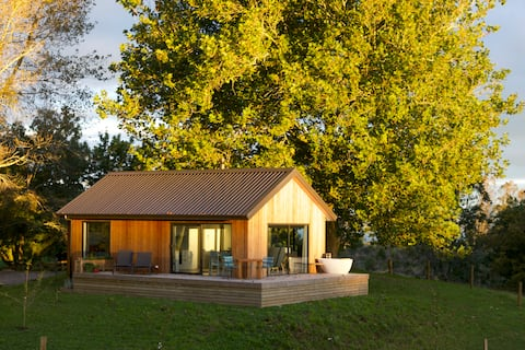 Wildberry Cottage -secluded modern farm retreat