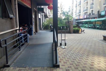 大楼主入口处有轮椅♿专用通道